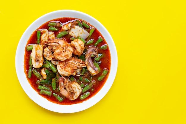 Mexa picante frutos do mar fritos e feijão longo quintal com pasta de curry vermelho. comida tailandesa