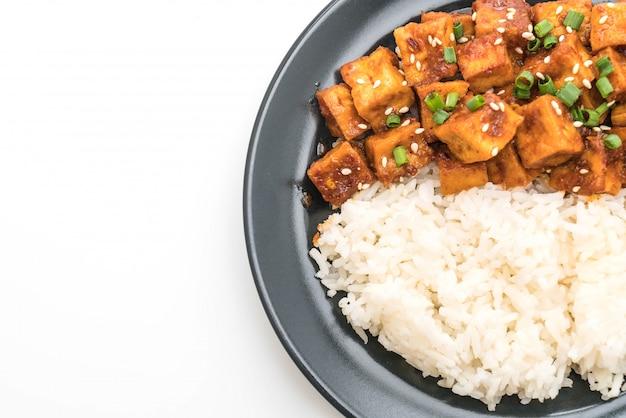 Mexa tofu frito com molho picante no arroz
