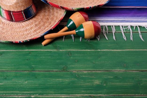 México sombrero fronteira mexicano maracas velho fundo de madeira verde