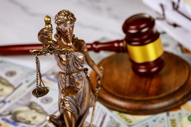Mexido com livros e balanças no documento de direito de trabalho do escritório de advocacia