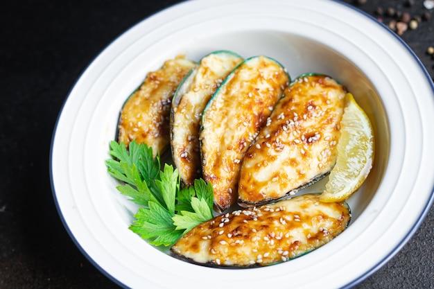 Mexilhões assados com creme de queijo e molho de frutos do mar lanche na mesa cópia espaço comida fundo rústico
