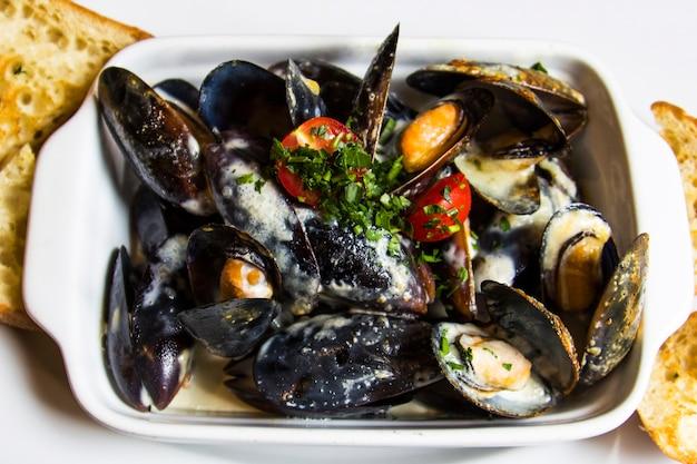 Mexilhões cozidos no vapor com molho de cream cheese frutos do mar saudáveis amêijoas fritas