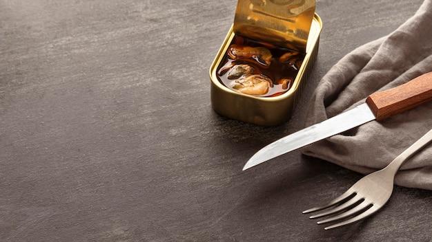 Mexilhões de alto pescado podem com talheres e papel de cozinha