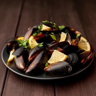 Mexilhões de frutos do mar cozidos com ervas