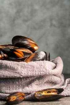 Mexilhões de frutos do mar envolto em toalha de mesa
