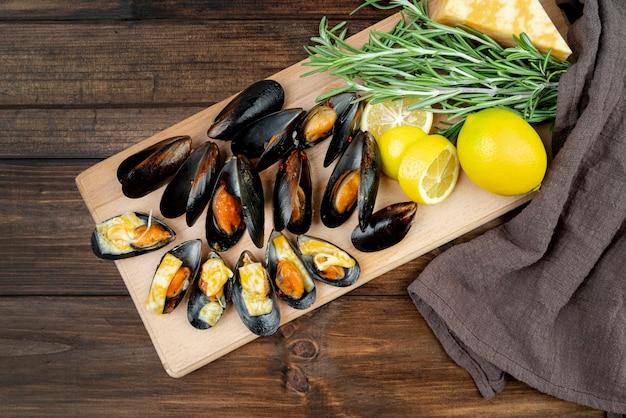 Mexilhões de frutos do mar na placa de madeira