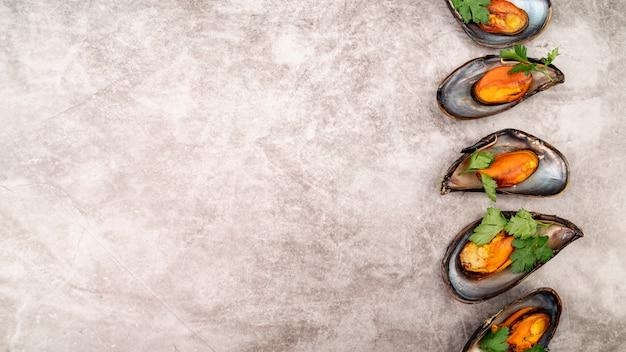 Mexilhões deliciosos com espaço de cópia de ervas