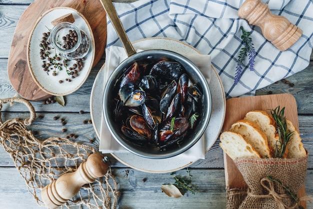 Mexilhões deliciosos frutos do mar com molho