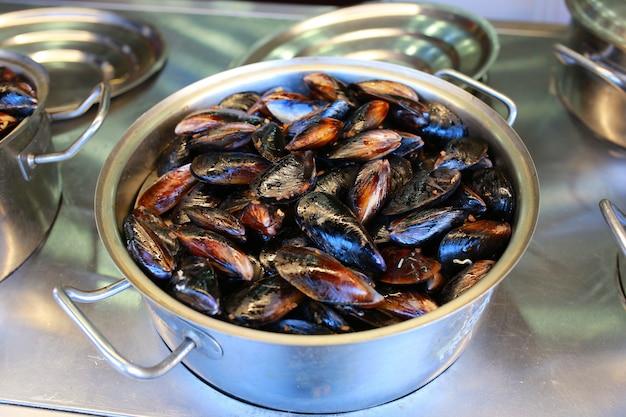 Mexilhões deliciosos frutos do mar em uma panela. amêijoas em conchas. vista do topo.