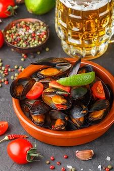 Mexilhões em conchas com tomate e molho picante de pimenta e alho