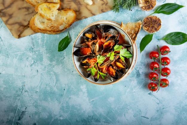 Mexilhões em uma tigela servida com tomates