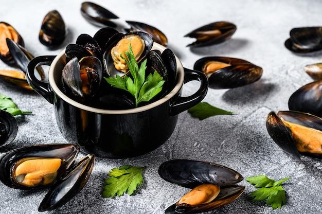 Mexilhões frescos crus com conchas. o conceito de cozinhar frutos do mar