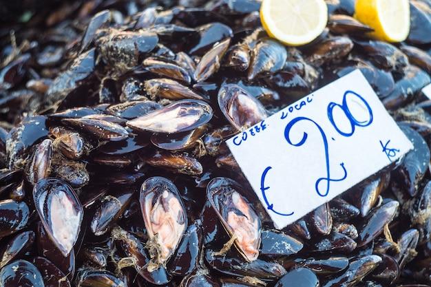 Mexilhões frescos no mercado de fazendeiro de peixe pronto para venda e uso para ingrediente