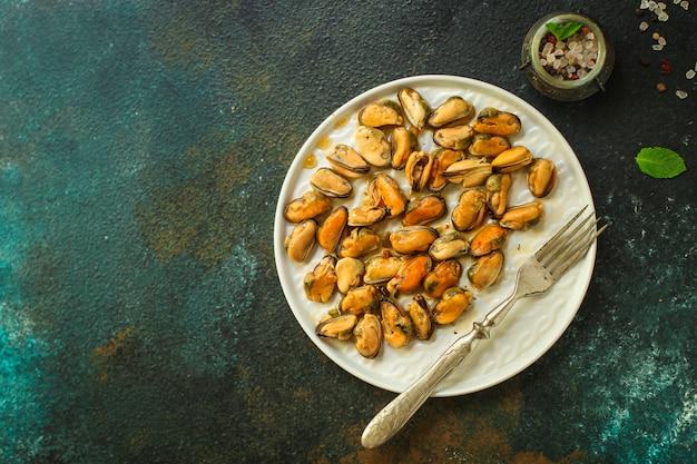 Mexilhões na porção de óleo (frutos do mar deliciosos).