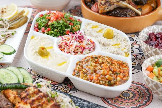 Mezza misto, aperitivos mistos, aperitivos árabes, cozinha egípcia, comida do oriente médio, mezza arábica, cozinha árabe, comida árabe
