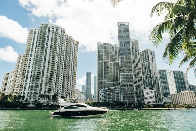 Miami, eua - 31 de março de 2020 ruas vazias de miami downtown.