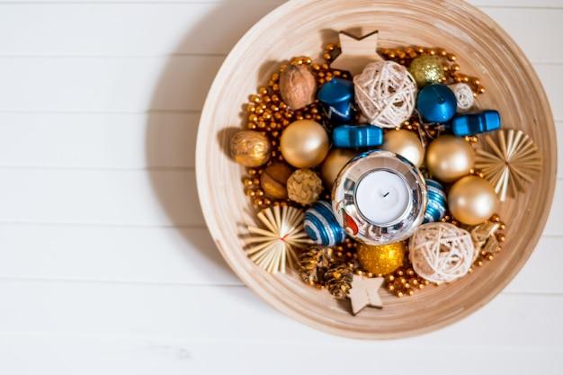 Miçangas, bolas douradas e azuis