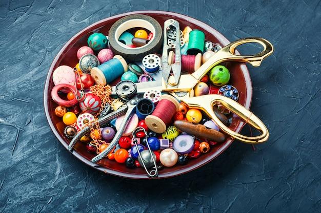 Miçangas, miçangas coloridas e ferramentas