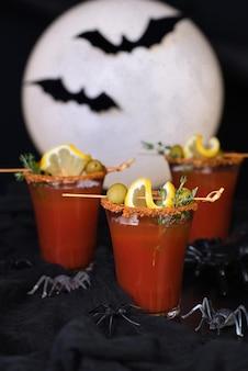 Michelada coquetel alcoólico mexicano com suco de tomate, molho picante e temperos, ideia para o halloween