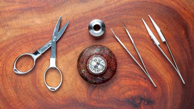 Micro bobina única com algodão em atomizador de gotejamento reconstruível em suporte de madeira estabilizado com tesoura e pinça