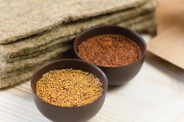 Micro greens. sementes de mostarda, salada de agrião e tapete de linho, preparando-se para crescer.