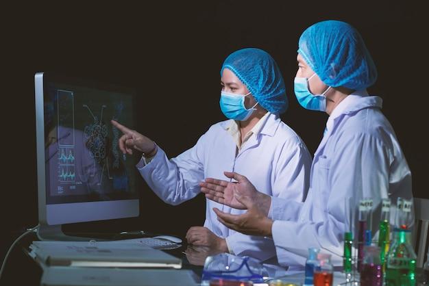 Microbiologistas asiáticos envolvidos em discussão