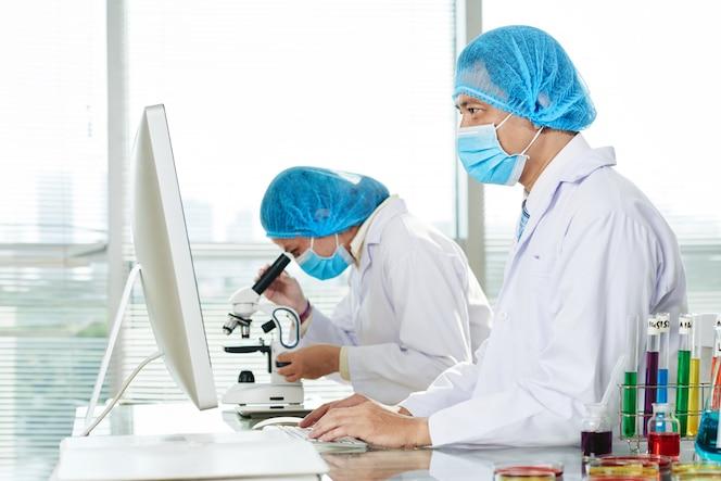 Microbiologistas que trabalham no modern lab