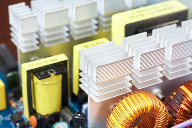 Microchip, capacitores, resistores em uma placa de computador