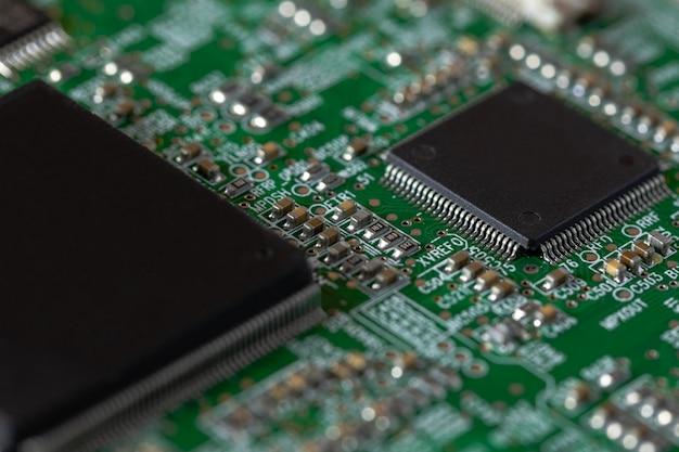 Microchip na placa de circuito impresso