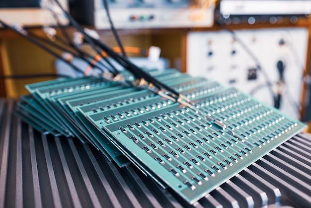 Microcircuitos e componentes repousam em placas de metal durante a produção de computadores militares supermodernos e equipamentos de espionagem. conceito de fábrica militar secreta