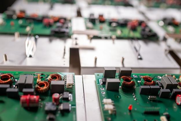 Microcircuitos e componentes repousam em placas de metal