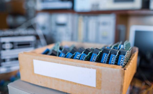 Microcircuitos elétricos verdes embutidos em produção em close-up