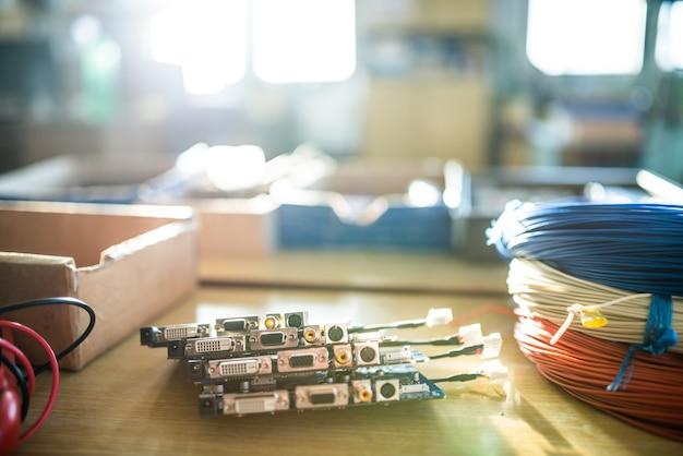 Microcircuitos verdes embutidos de close-up são empilhados em uma caixa para se preparar para o futuro na fábrica para a produção de equipamentos