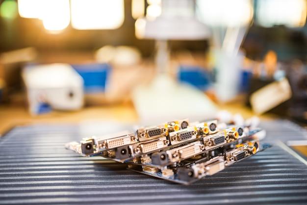 Microcircuitos verdes embutidos de close-up são empilhados em uma placa de teste para se preparar para a futura produção de computador na fábrica para a produção de equipamentos