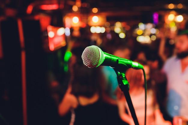 Microfone. close do microfone. um bar. barra. um restaurante. música clássica. música.