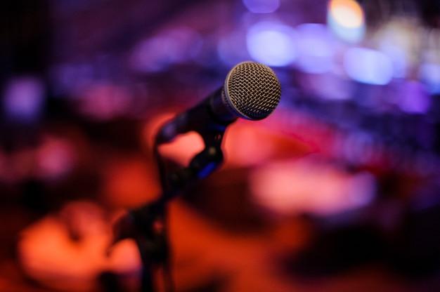 Microfone com corpo de metal no suporte