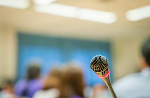 Microfone com desfocado público fundo