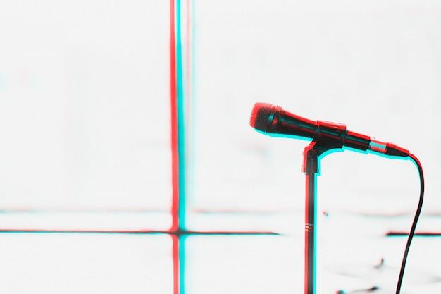 Microfone com efeito de exposição de cor dupla no suporte