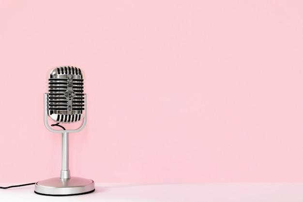 Microfone com fio com cópia-espaço