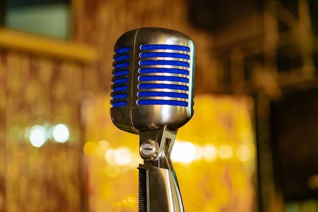 Microfone com inserções azuis fica na sala de concertos