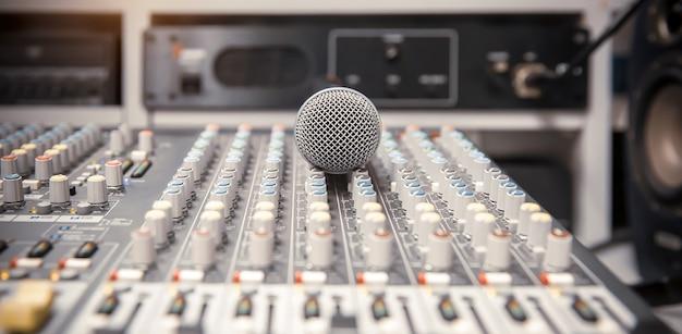 Microfone com mixer de áudio no estúdio para viver a mídia e gravar som.