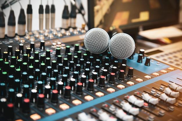 Microfone com mixer de som no local de trabalho de estúdio para viver a mídia
