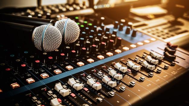Microfone com mixer de som no local de trabalho do estúdio para a mídia ao vivo.