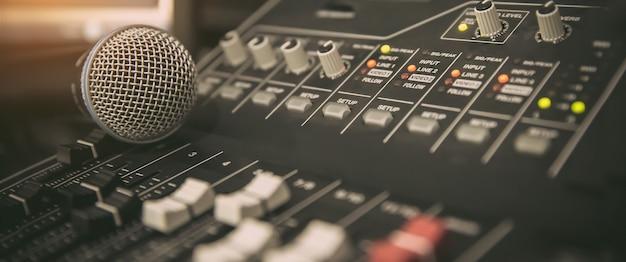 Microfone com mixer de som no local de trabalho do estúdio.