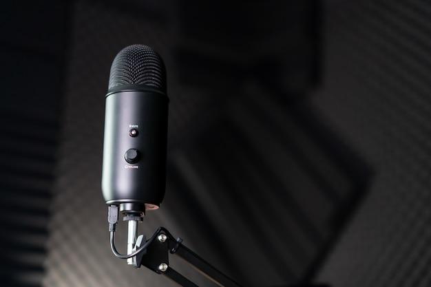 Microfone condensador de estúdio em um estúdio de gravação