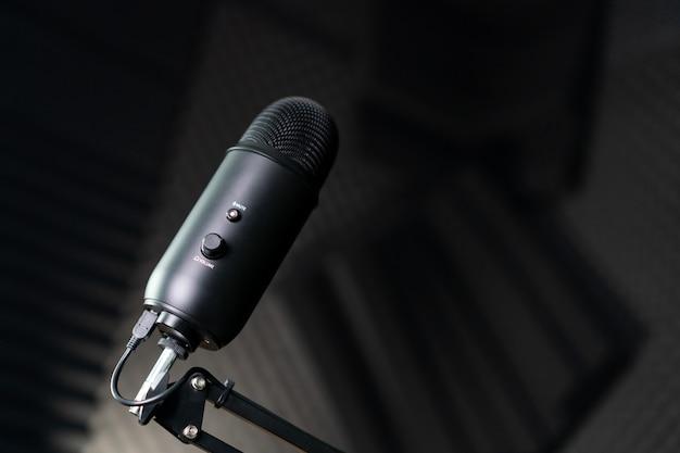 Microfone condensador de estúdio em um estúdio de gravação.
