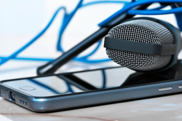 Microfone condensador e smartphone