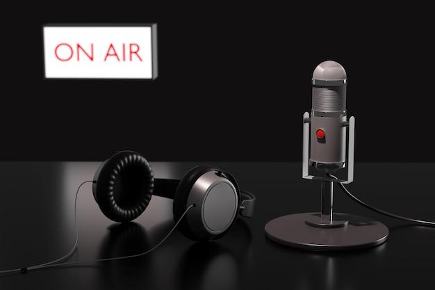 Microfone condensador, fones de ouvido e uma placa fora de foco com o texto