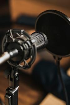 Microfone condensador profissional com filtro pop em um estúdio