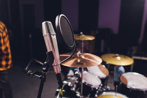 Microfone condensador profissional de estúdio, conceito musical. gravação.